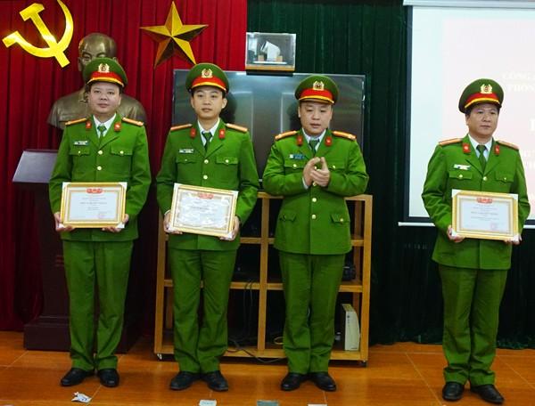 Trung tá Lê Việt Dũng, Trưởng Phòng KTHS trao khen thưởng cho đại diện tập thể, cá nhân có thành tích xuất sắc trong công tác
