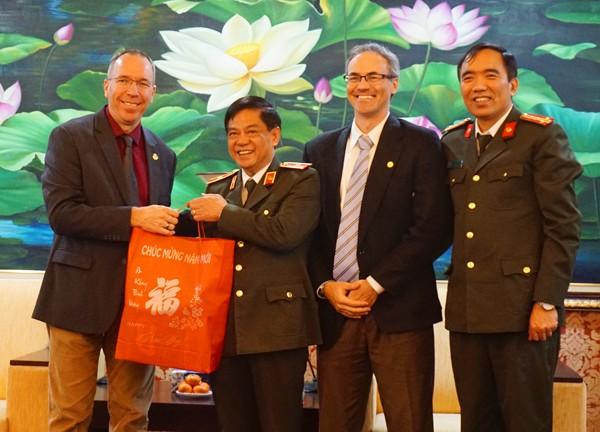 Đại diện Cộng đồng người nước ngoài theo đạo Tin lành tại Hà Nội đến chúc mừng năm mới CATP Hà Nội