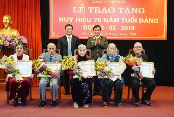 Thiếu tướng Đoàn Duy Khương, cùng đại diện lãnh đạo quận Cầu Giấy chúc mừng các Đảng viên được trao tặng Huy hiệu 70 năm tuổi Đảng