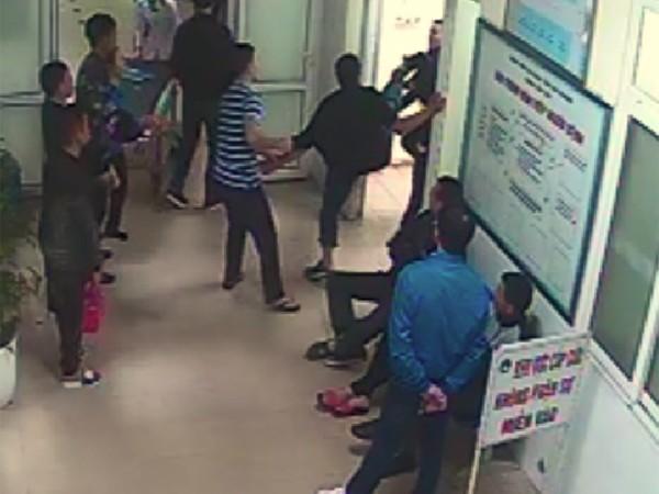 Hai nhóm thanh niên đánh nhau ngay trong bệnh viện