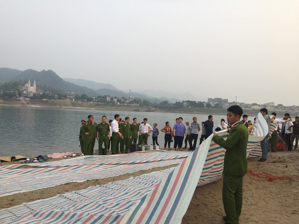 Lực lượng chức năng và chính quyền tỉnh Hòa Bình đã có mặt tổ chức tìm kiếm cứu nạn