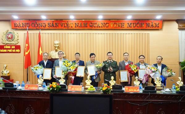 Thiếu tướng Đào Thanh Hải trao quyết định và tặng hoa chúc mừng các đồng chí là Trưởng, phó phòng, trưởng, phó Công an các quận huyện