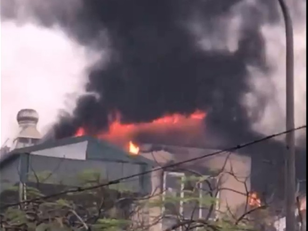 Lực lượng Cảnh sát PCCC và CNCH đã nhanh chóng tiếp cận đám cháy, không quản nguy hiểm cứu 9 người thoát nạn