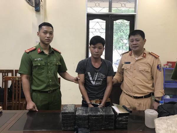 Lực lượng Công an bắt giữ đối tượng thu giữ tang vật
