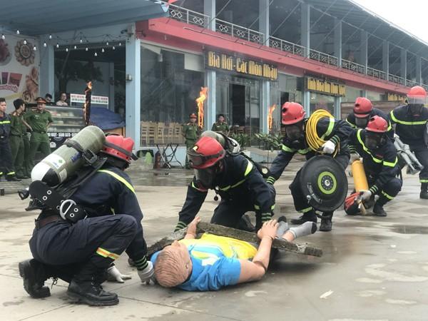 Lực lượng Cảnh sát PCCC và CNCH- CAH Thường Tín thực hiện cứu người bị thương trong khi cháy giả định tại buổi diễn tập, tuyên truyền