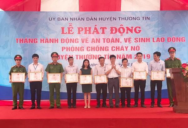 Lực lượng Cảnh sát PCCC và CNCH- CAH Thường Tín và các đơn vị chức năng tham gia được khen thưởng có thành tích trong nhiệm vụ PCCC và CNCH