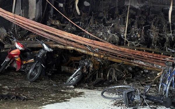 Hiện trường vụ cháy, nổ trạm biến áp tại tầng hầm chung cư Xa La, Hà Đông đã thiêu rụi hàng chục xe máy