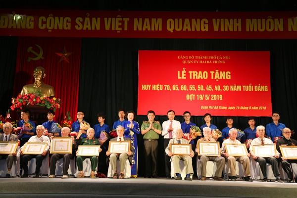 Trung tướng Đoàn Duy Khương, thay mặt Ban thường vụ Thành ủy trao Huy hiệu 70 năm tuổi Đảng cho các Đảng viên
