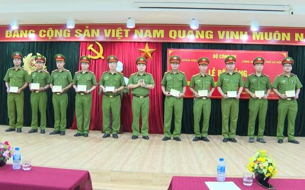 Các học viên được trao chứng chỉ hoàn thành lớp bồi dưỡng khám nghiệm hiện trường