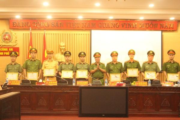 Đại tá Bùi Quang Vũ, Hiệu trưởng Trường Cao đẳng Cảnh sát nhân dân I trao khen thưởng cho tập thể, cá nhân thuộc CATP Hà Nội