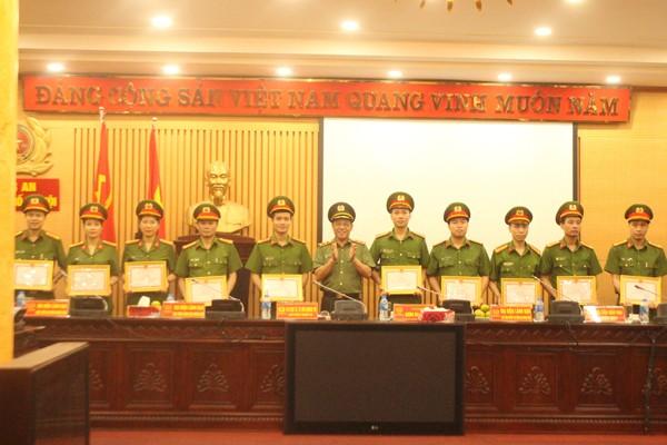 Trung tướng Đoàn Duy Khương trao khen thưởng cho tập thể, cá nhân có thành tích xuất sắc thuộc Trường Cao đẳng Cảnh sát nhân dân I
