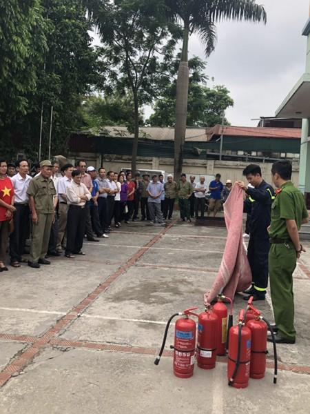 Lực lượng Cảnh sát PCCC hướng dẫn cho các học viên cách sử dụng phương tiện chữa cháy hiệu quả