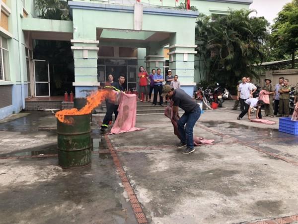 Lực lượng Cảnh sát PCCC hướng dẫn các học viên cách dập lửa an toàn, hiệu quả