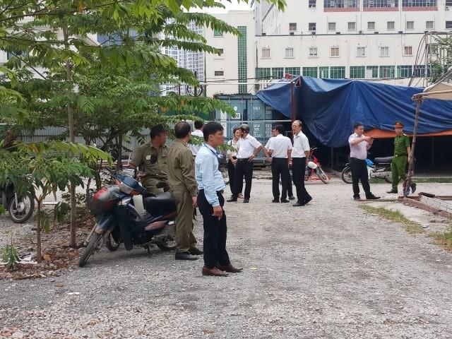 Lực lượng chức năng quận Cầu Giấy và phường Dịch Vọng Hậu kiên quyết xử lý vi phạm, giải tỏa bãi xe vi phạm trên địa bàn