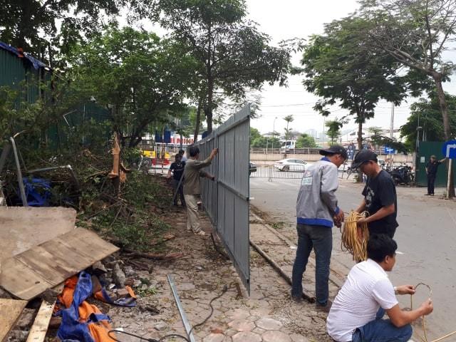 UBND phường Dịch Vọng Hậu tổ chức dựng hàng rào tôn, giữ gìn trật tự đô thị