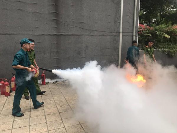 Lực lượng dân quân thực tập kỹ năng chữa cháy
