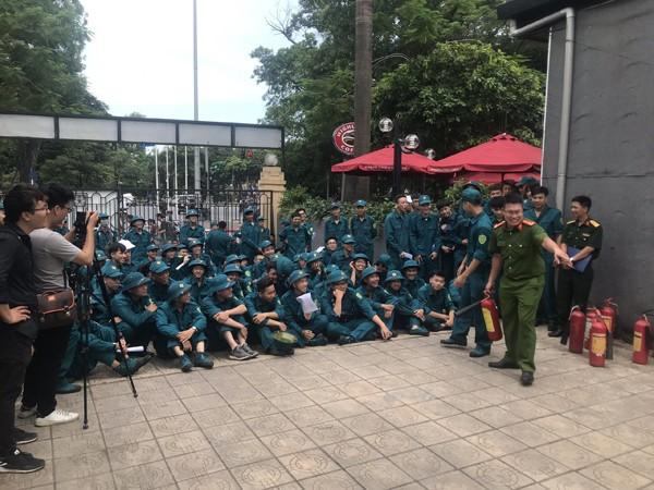 Lực lượng Cảnh sát PCCC và CNCH hướng dẫn các học viên cách sử dụng bình chữa cháy hiệu quả