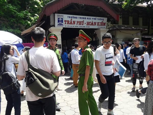 Tổ công tác CAP Tràng Tiền, quận Hoàn Kiếm làm nhiệm vụ tại điểm thi trường THPT Trần Phú