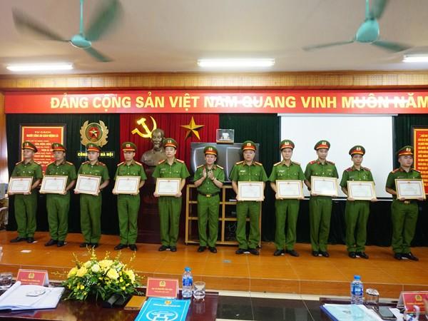 Đại tá Nguyễn Văn Viện trao khen thưởng cho tập thể, các nhân có thành tích xuất sắc trong công tác đảm bảo ANTT