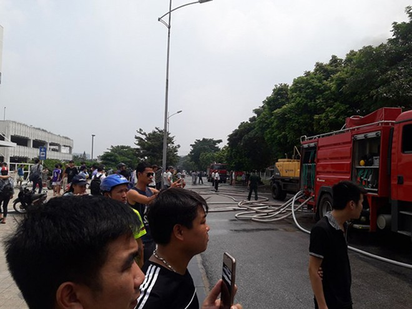 Người dân hiếu kỳ tập trung đông tại đám cháy nhà xưởng ở quận Long Biên