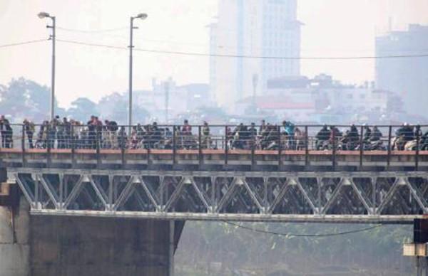 Người dân hiếu kỳ xem Bộ đội Công binh tháo gỡ bom mìn dưới chân cầu Long Biên