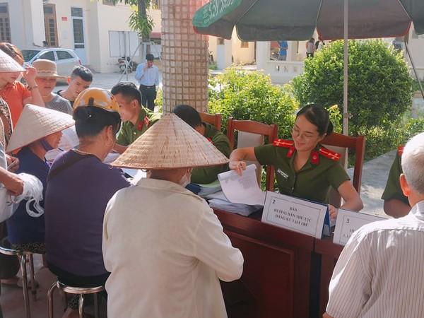 CBCS Công an thị trấn Quang Minh tận tình hướng dân người dân làm thủ tục hành chính