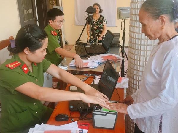 Ngày cuối tuần CBCS làm thủ tục hành chính tạo điều kiện thuận lợi cho người dân