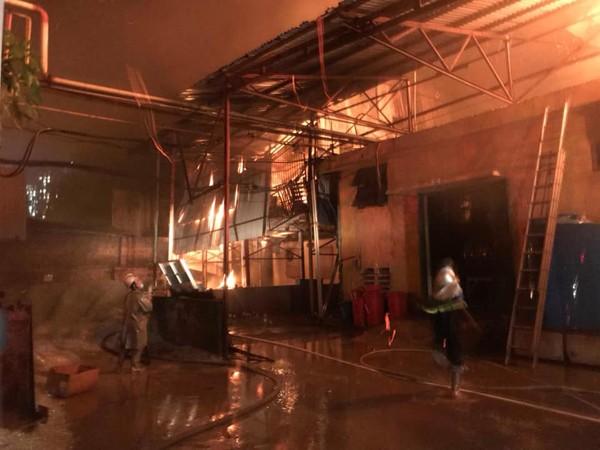 Lực lượng chữa cháy, cứu nạn cứu hộ đã tiếp cận gần khu xuất phát đám lửa để khống chế