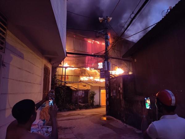 Người dân hiếu kỳ đứng gần khu vực xảy ra hỏa hoạn đã bị lực lượng làm nhiệm vụ mời ra khỏi khu vực tránh nguy hiểm