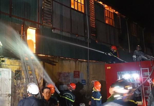 Lực lượng Cảnh sát phòng cháy chữa cháy và cứu nạn cứu hộ tiếp cận khống chế đám lửa