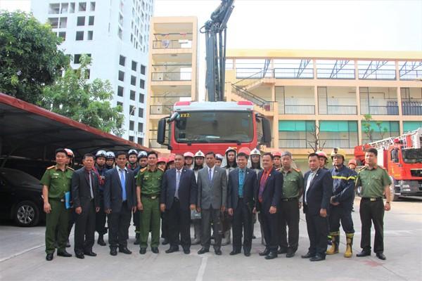 Cảnh sát PCCC và CNCH - CATP Hà Nội và Đoàn Đại biểu Cục PCCC - Bộ Nội vụ Campuchia chụp ảnh lưu niệm