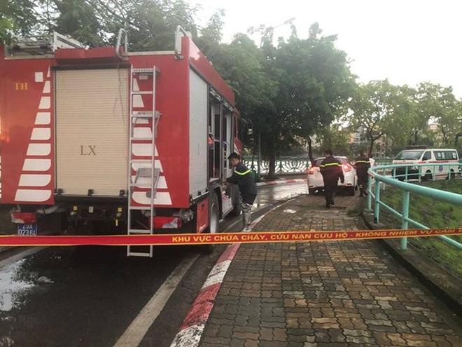 Lực lượng Cảnh sát PCCC và CNCH - CAQ Tây Hồ cứu hộ cây đổ tại đường ven hồ Tây