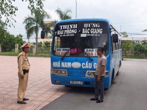 Cảnh sát giao thông xử lý lái xe khách vi phạm không nhường đường cho xe ưu tiên