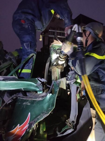 Lực lượng cứu nạn banh cabin ô tô cứu lái xe mắc kẹt sau cú va chạm giao thông
