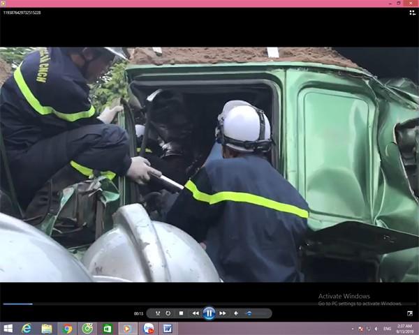 Sau cú va chạm giao thông, toàn bộ đầu cabin xe ô tô bị bẹp hư hỏng nặng