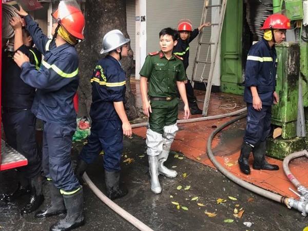 Lực lượng Cảnh sát PCCC đã kịp thời dạp tắt đám cháy tại cửa hàng kinh doanh đồ gỗ, bàn ghế sofa