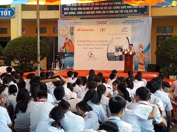 Thiếu tá Nguyễn Hữu Hiển phát biểu tại buổi tuyên truyền ATGT cho học sinh Trường trung học cơ sở Đình Xuyên