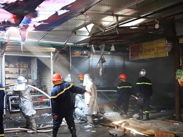 Lực lượng Cảnh sát PCCC đã khống chế cháy lan và dập tắt hoàn toàn đám cháy