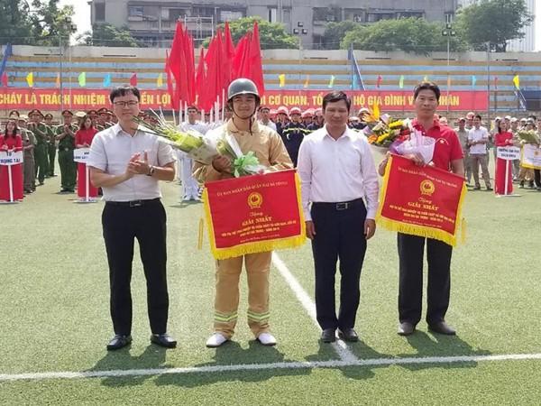 Ông Vũ Đại Phong, Chủ tịch và ông Nguyễn Quang Trung, Phó Chủ tịch UBND quận Hai Bà Trưng trao 2 giải Nhất cho 2 đội PCCC phường Đống Mác và Công ty công trình giao thông Hà Nội