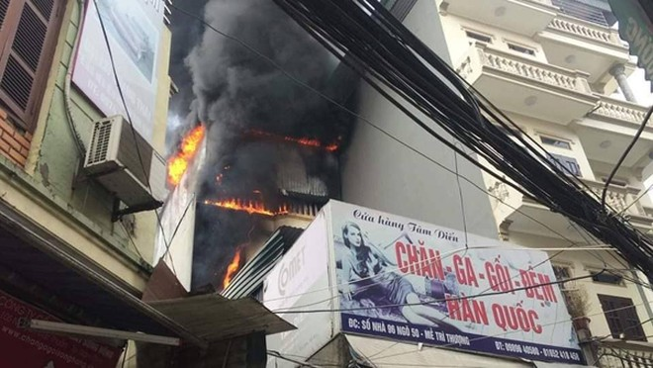 Lực lượng Cảnh sát PCCC và CNCH - CAQ Nam Từ Liêm đã kịp thời khống chế đám cháy, ngăn cháy lan