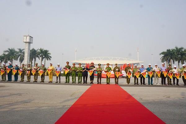Ông Nguyễn Văn Sửu và lãnh đạo Cục Cảnh sát PCCC; đại diện lãnh đạo Công an thành phố Hà Nội tặng hoa chúc mừng các đội tuyển tham gia Hội thao