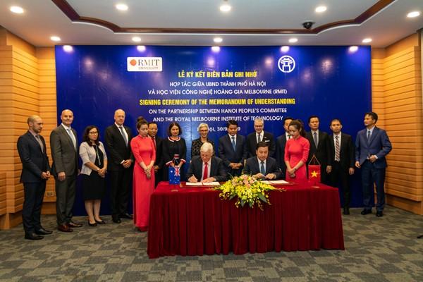 Đại diện UBND TP Hà Nội và Đại học RMIT ký kết biên bản ghi nhớ với sự chứng kiến của Chủ tịch UBND TP Hà Nội Nguyễn Đức Chung, Thống đốc bang Victoria (Úc) Linda Dessau (áo hoa, giữa) và đại diện Bộ Ngoại giao hai nước