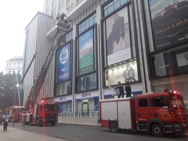 Lực lượng Cảnh sát PCCC và CNCH triển khai xe thang, xe chữa cháy cần vươn dập tắt cháy trên cao