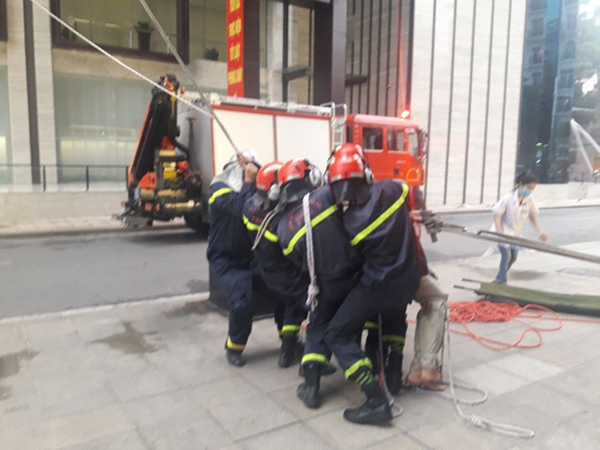 Lực lượng CNCH dùng thang cầu dây nghiêng cứu người trên cao