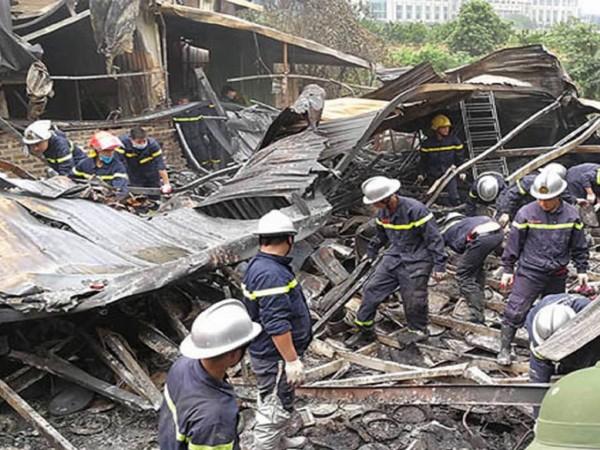 Lực lượng Cảnh sát PCCC và CNCH tìm kiếm cứu nạn trong vụ cháy nhà xưởng ở quận Nam Từ Liêm