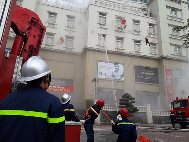 Lực lượng Cảnh sát PCCC và CNCH - CAQ Nam Từ Liêm diễn tập cứu người mắc kẹt tại nhà cao tầng