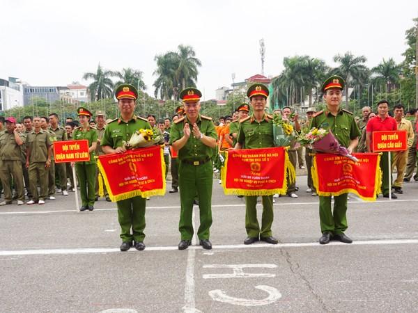 Thượng tá Mai Trọng Thắng, Trưởng Công an quận Tây Hồ trao thưởng cho các đơn vị đoạt giải