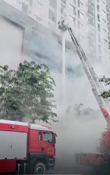 Xe thang tiếp cận cứu người mắc kẹt trên nhà cao tầng