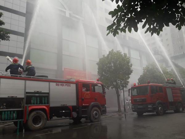 Các xe chữa cháy tiếp cận nhiều phía để cứu nạn và dập lửa trong buổi diễn tập