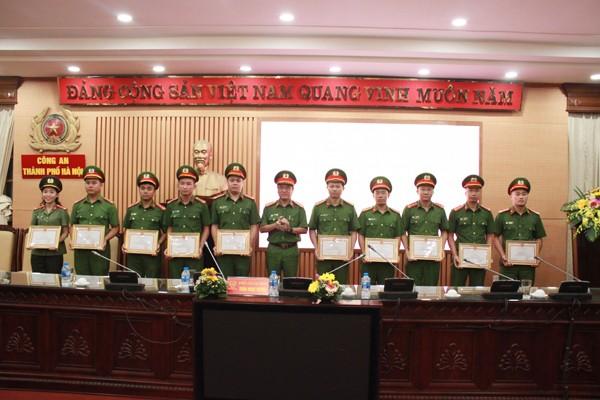Đại tá Trần Ngọc Dương, Phó Giám đốc CATP Hà Nội trao khen thưởng cho các cá nhân, tập thể có thành tích trong công tác phòng cháy chữa cháy